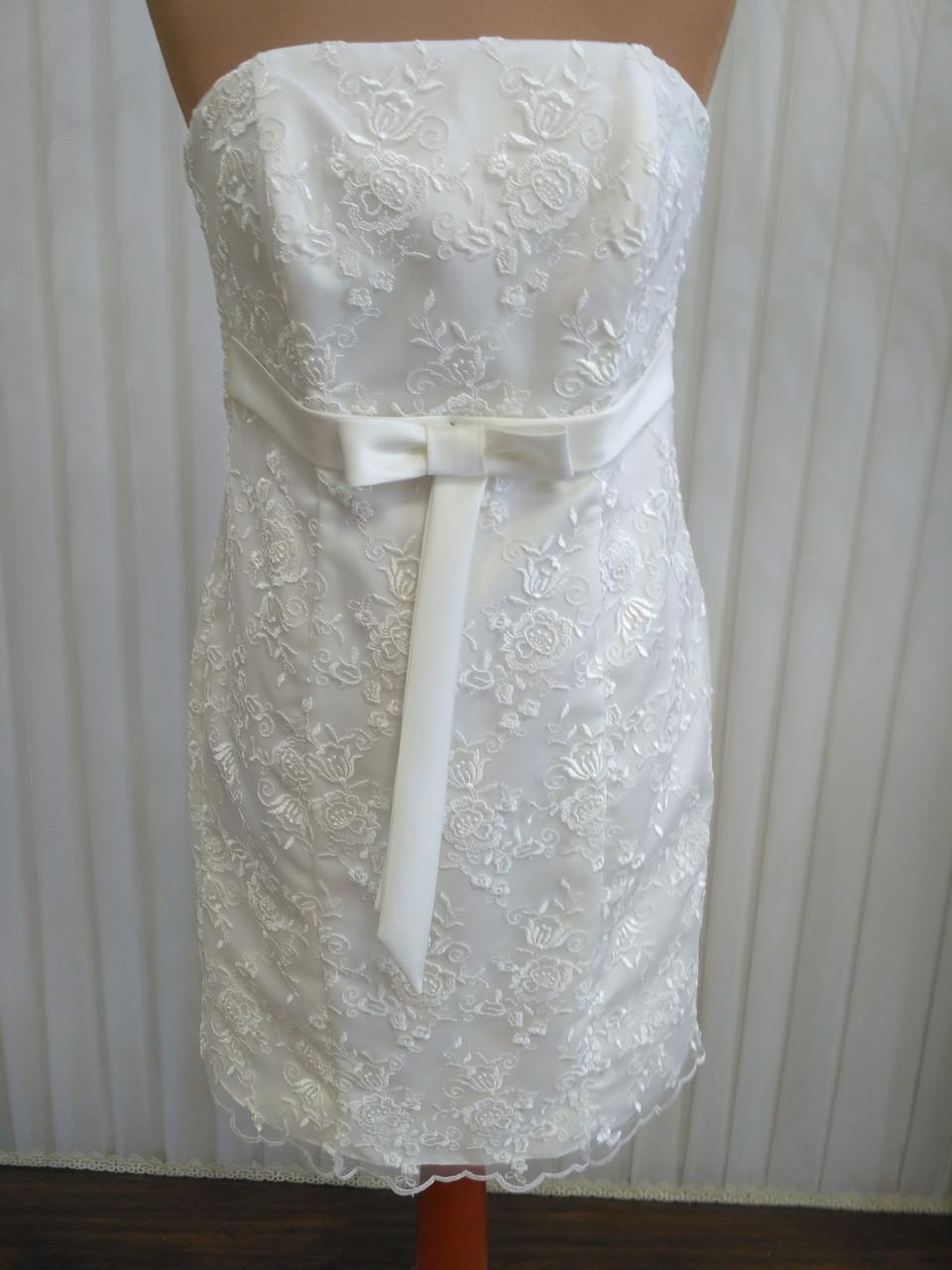 Короткое белое кружевное свадебное платье