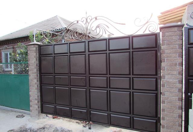 Ворота из металлической филенки, плитка.