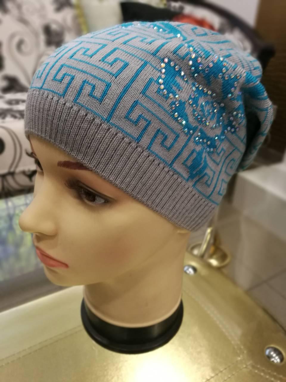 Серая женская шапка вязаная с рисунком голубого цвета