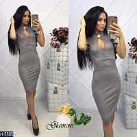Элегантное серое замшевое облегающее миди платье с вырезом-капелькой и брошью на груди. Арт-11123
