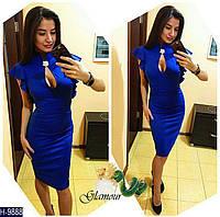 Элегантное синее облегающее миди платье с вырезом-капелькой и брошью на груди. Арт-11124