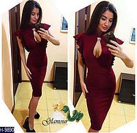 Элегантное бордовое облегающее миди платье с вырезом-капелькой и брошью на груди. Арт-11124
