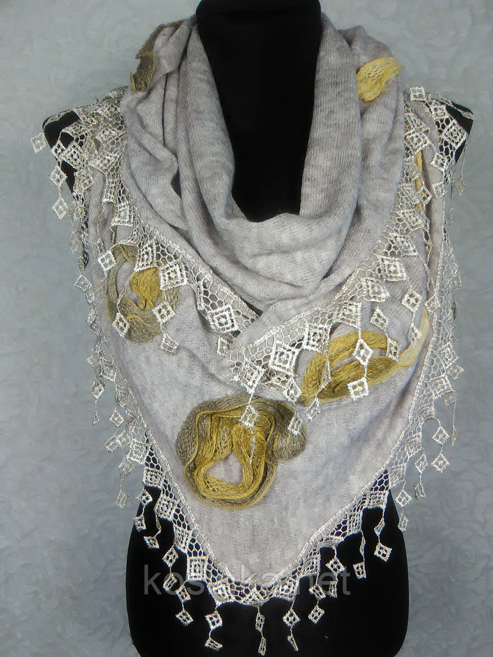 Стильная женская теплая косынка «Ракушка» белого цвета с цветами из ткани и бахромой - Kosinka.net