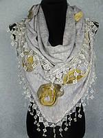 Стильная женская теплая косынка «Ракушка» бежевого цвета с цветами из ткани и бахромой