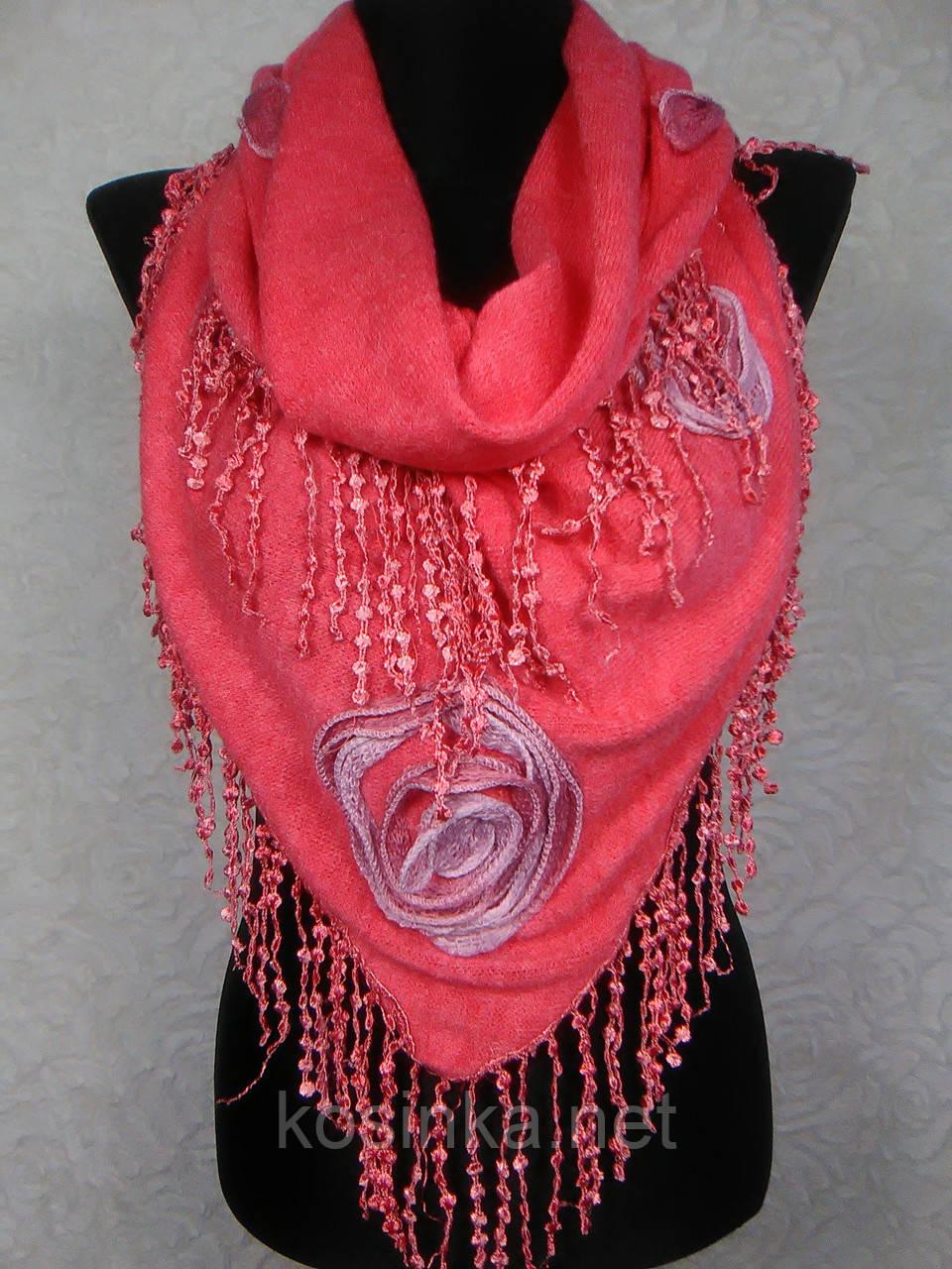Модная женская теплая косынка «Ракушка» кораллового цвета с цветами из ткани и бахромой - Kosinka.net