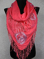 Модная женская теплая косынка «Ракушка» кораллового цвета с цветами из ткани и бахромой (цв 3)