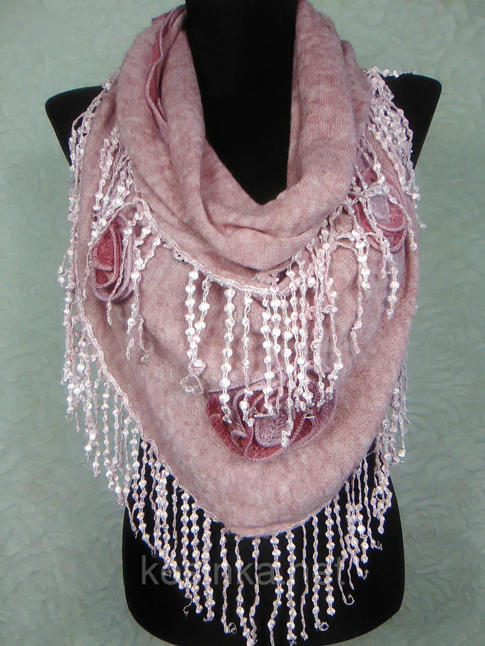 Красивая женская теплая косынка «Ракушка» розового цвета с цветами из ткани и бахромой - Kosinka.net