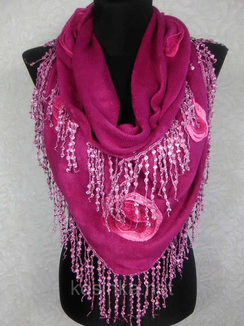 Красочная женская теплая косынка «Ракушка» малинового цвета с цветами из ткани и бахромой - Kosinka.net