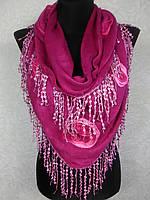 Красочная женская теплая косынка «Ракушка» малинового цвета с цветами из ткани и бахромой (цв 10)
