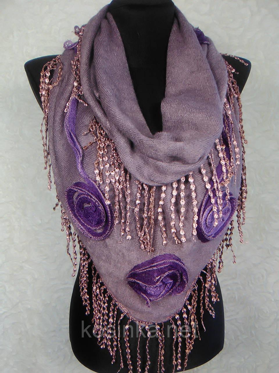 Женская теплая косынка «Ракушка» грязно-сиреневого цвета с цветами из ткани и бахромой - Kosinka.net