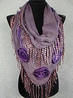 Женская теплая косынка «Ракушка» грязно-сиреневого цвета с цветами из ткани и бахромой (цв 11)