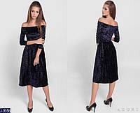 Коктейльное платье миди из велюра приспущенные плечи