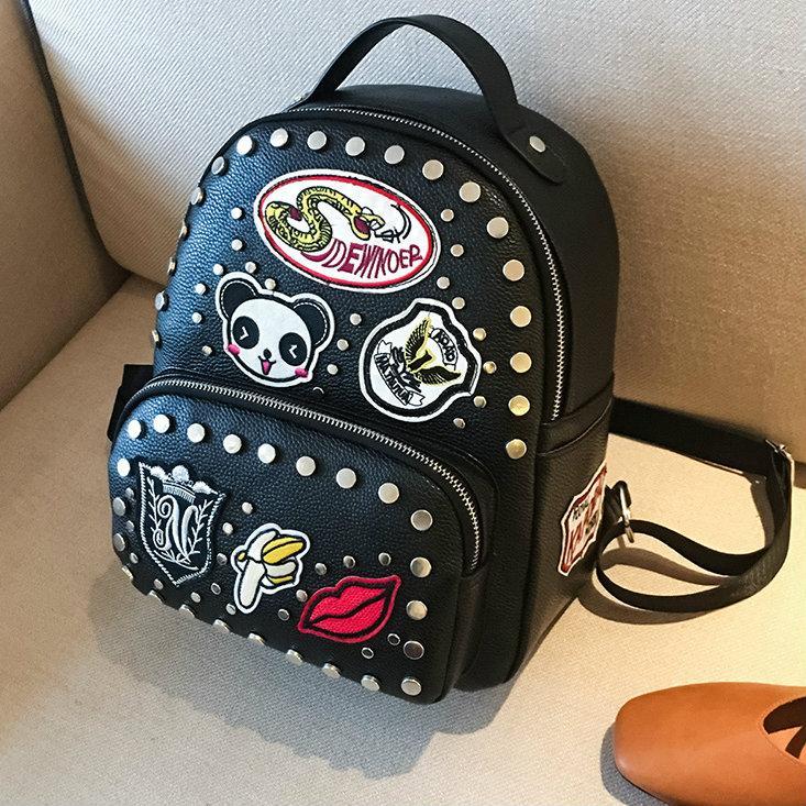 Молодежный черный рюкзак с заклепками и нашивками