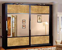 Большой двухдверный шкаф купе с золотой экокожей и зеркалами