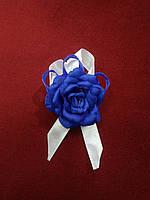 Бутоньерка для гостя на свадьбе синяя с белым