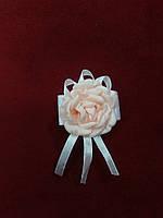 Бутоньерка для гостя на свадьбе персиковая с белым