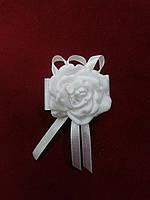 Бутоньерка для гостя на свадьбе белая