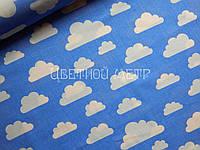 Хлопковая ткань облака на голубом