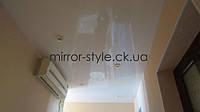 Белый глянцевый натяжной потолок в коридоре с точечными светильниками - Мирор Стайл натяжные потолки Черкассы