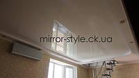 Натяжной потолок в Черкассах - гостиная, белый глянцевый французский натяжной потолок в гипсо-картонном коробе