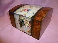 Шкатулка деревянная лакированая с цветами 15х15х9,5 сантиметров