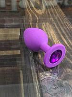 Фиолетовая силиконовая пробка с фиолетовым камнем, размер M  + Чехол