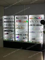 Витрины для косметики и ресепшн с декоративной панелью черного цвета и подсветкой