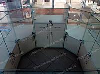 Торговый островок стеклянный для украшений с глянцевыми панелями бежевого цвета на фасадной части. Верх островка сделан полностью из стекла которое скреплено между собой специальными соединениями, что дает возможной по необходимости заменить стекл