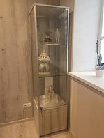 Стеклянная витрина для кукол изготовлена из дсп и стекла с применение торгового алюминиевого профиля.