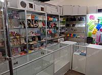 Витрины и прилавки стеклянные под аксессуары для выпечки из Белого ДСП и торгового алюминиевого профиля