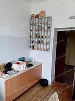 Мебель для гончарной мастерской. Выполнена в виде металлических стеллажей снизу с тумбой, присутствует рукомойник с врезными раковинами на кухонную столешницу.