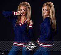 Вязаный свитер с V-образным свитером. Цвет - темно-синий