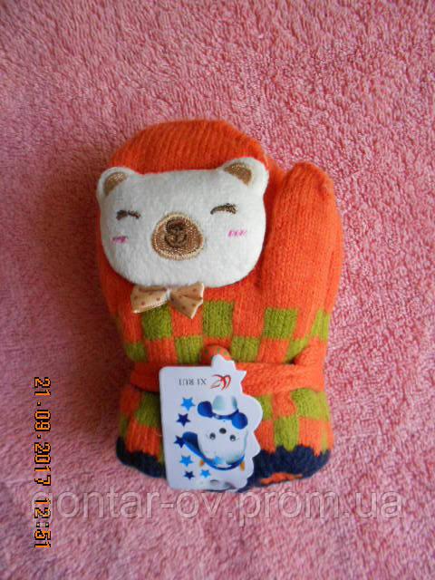 Дитячі махрові рукавички з 3 д іграшкою і шнурком