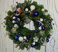 Венок новогодний из литой хвои и стеклянных шариков 25-28 см