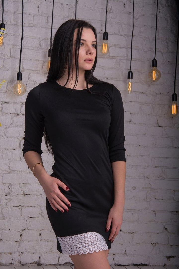 Женственное платье мини с красивой отделкой из кружева
