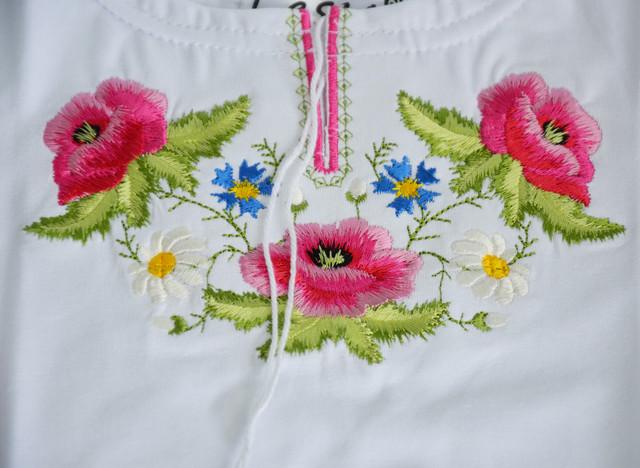 вышитая футболка с розовыми маками