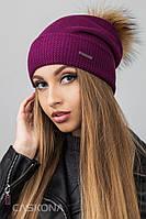 """Вязаная шапка для девушек с бубоном из меха енота """"Inga"""""""