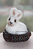 Игрушка пасхальный кролик в корзинке, сувенир белый зайчик из шерсти, купить подарок