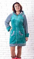 Короткий махровый халат с капюшоном бирюзового цвета.