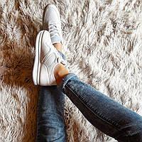 Женские белые кроссовки со вставками из пайеток