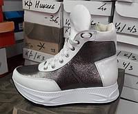 Стильные женские кожаные зимние ботики на толстой подошве на шнурках белые с серебром