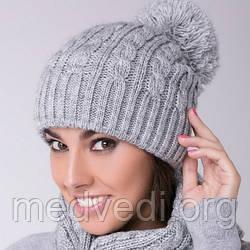 Светло-серая женская шапка двойная косы с бубоном