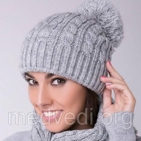 Светло-серая женская шапочка с бубоном