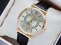 Женские наручные часы Geneva, золотистого цвета, серебристый циферблат, на черном кожаном ремешке, со стразами