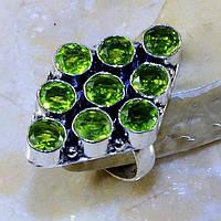 Яркое кольцо с камнем перидот  в серебре.