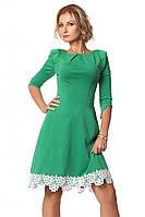 Женское платье из плотного трикотажа зеленого цвета с рукавом три четверти, украшено кружевом. Модель 1009