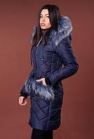Темно-синяя зимняя куртка с мехом на воротнике и карманах