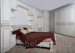 Спальня белая классика с декором