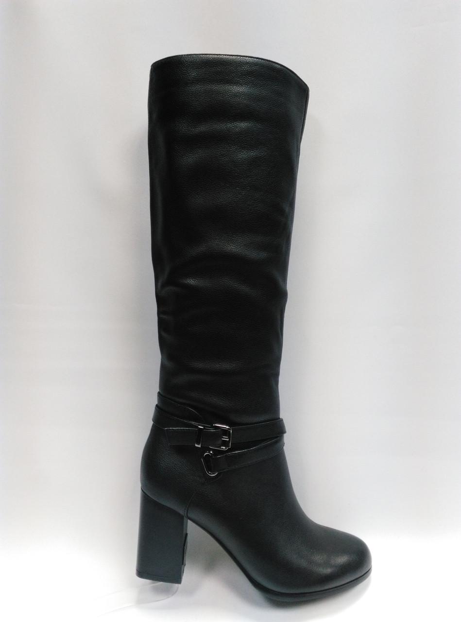 Чорні високі шкіряні чоботи .