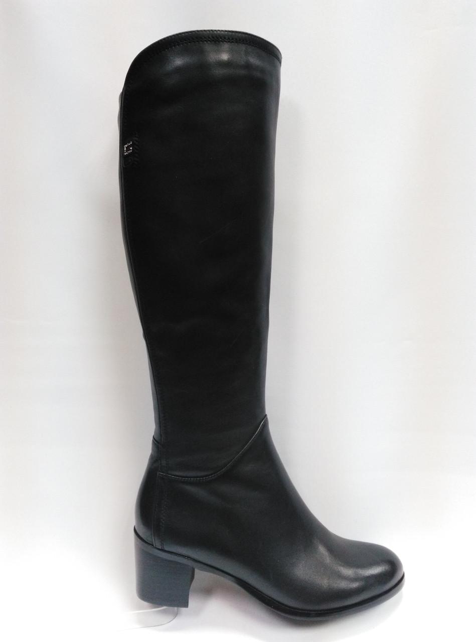 Черные высокие кожаные сапоги .